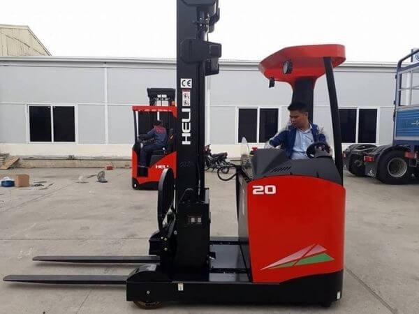 Xe nâng reach truck đứng lái được dùng trong nhà kho