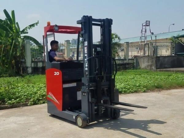 Xe nâng reach truck đứng lái 2 tấn Heli