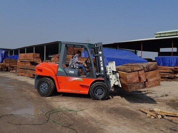 xe nâng gật gù 7 tấn heli nâng gỗ